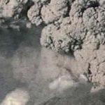 Во время сильного извержения вулкан выбрасывает огромное количество газа и пепла